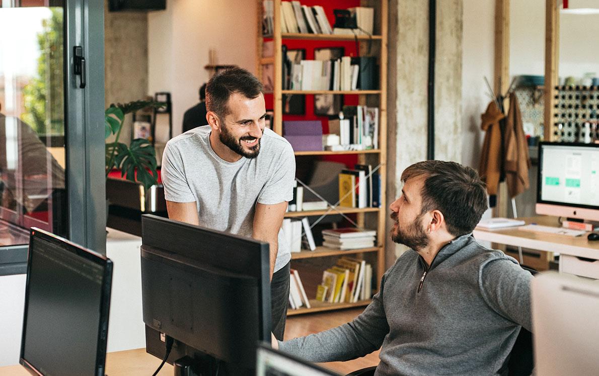 Compañeros charlando en la sede de Squembri en Granada