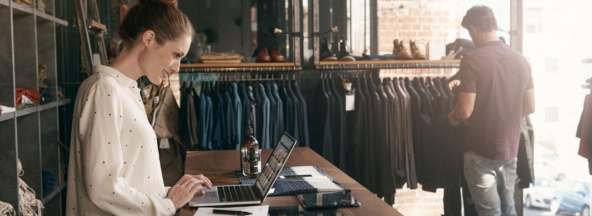Chica contenta mientras gestiona la subvención para su tienda online
